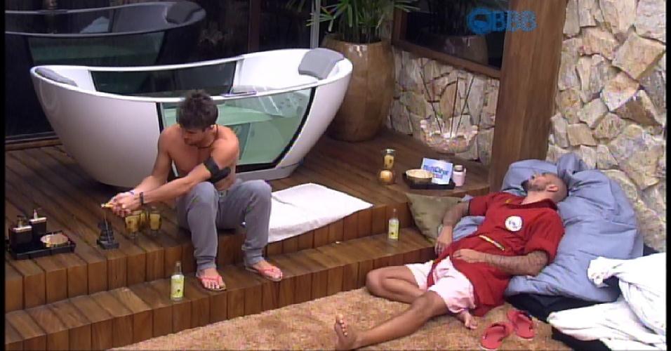 17.mar.2015 - Fernando e Rafael falam sobre o uso do quarto do líder