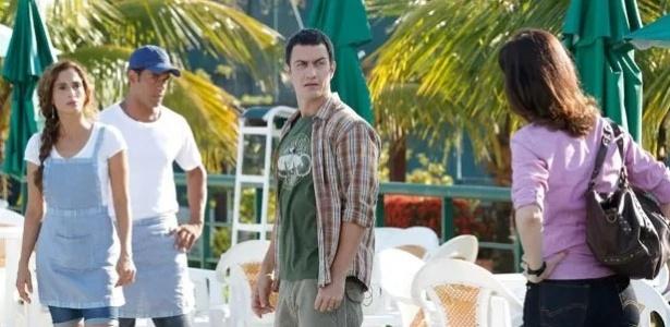 Karen (Maria Clara Gueiros) flagra Luís Fernando (Gabriel Braga Nunes) e Regina (Camila Pitanga)