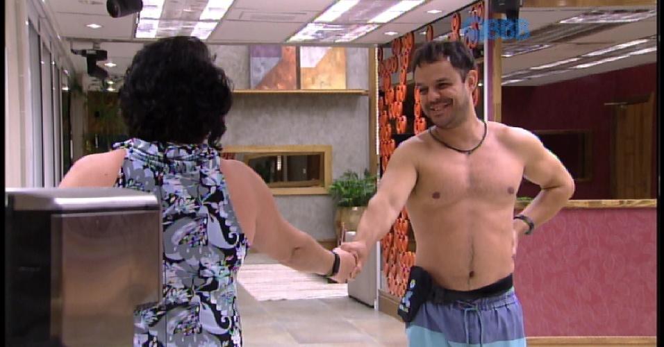 17.mar.2015 - MAriza beija mão de Adrilles e brother fala para ela se ajoelhar aos seus pés