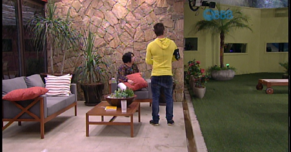 17.mar.2015 - Mariza deseja sorte para Rafael e diz que o admira muito