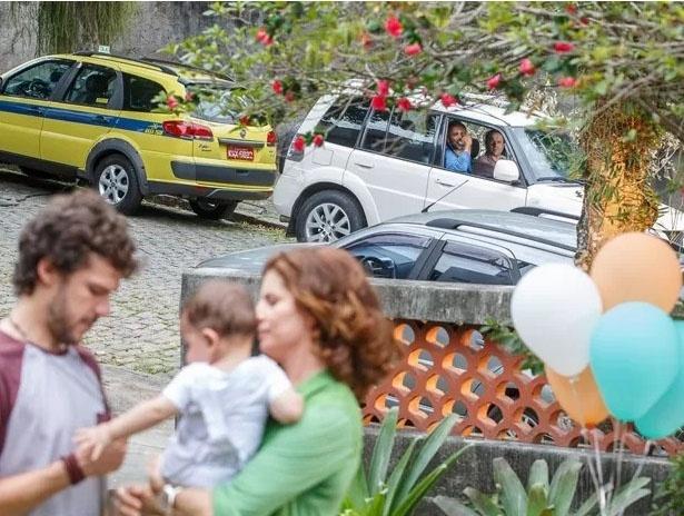 17.mar.2015 - Miguel (Domingos Montagner) observa Lígia (Débora Bloch) e Pedro (Jayme Matarazzo) brincando com Joaquim