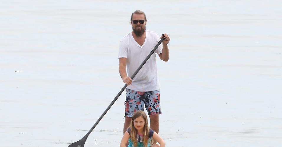 17.mar.2015 - o ator Leonardo di Caprio pratica stand-up paddle em Malibu