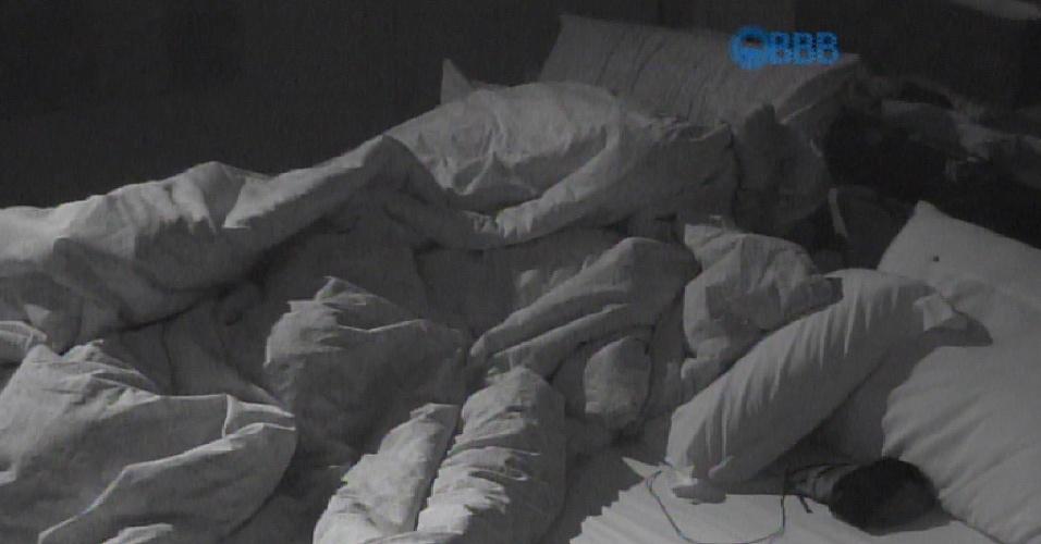 17.mar.2015 - Fernando e Amanda acabaram se escondendo debaixo do edredom sem os microfones. E alguns movimentos no edredom puderam ser vistos