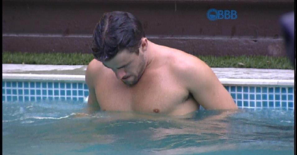 17.mar.2015 - Rafael aproveita a piscina no dia de seu paredão