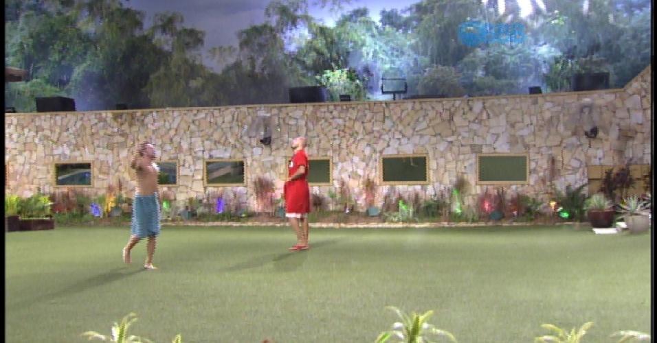"""17.mar.2015 - Rafael corre para o quintal do """"BBBB15"""" de toalha"""