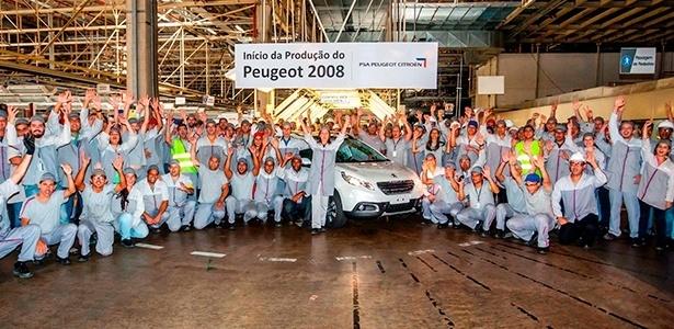 Empregados da fábrica da PSA no RJ celebram a produção da primeira unidade do 2008 - Divulgação