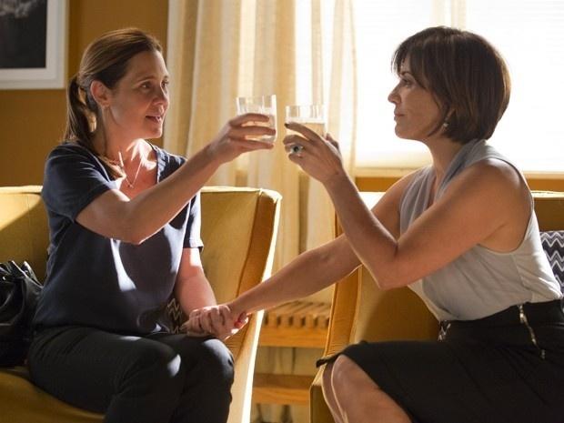 Inês (Adriana Esteves) e Beatriz (Gloria Pires) fazem pacto em