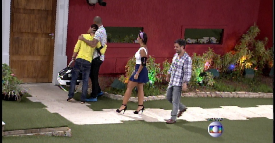 """17.mar.2015 - Brothers acompanham Rafael até a porta da casa do """"BBB15"""""""
