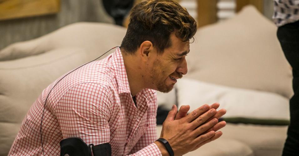 17.mar.2015 - Cézar chora após vencer a disputa de mais um paredão. Rafael foi eliminado com 77%