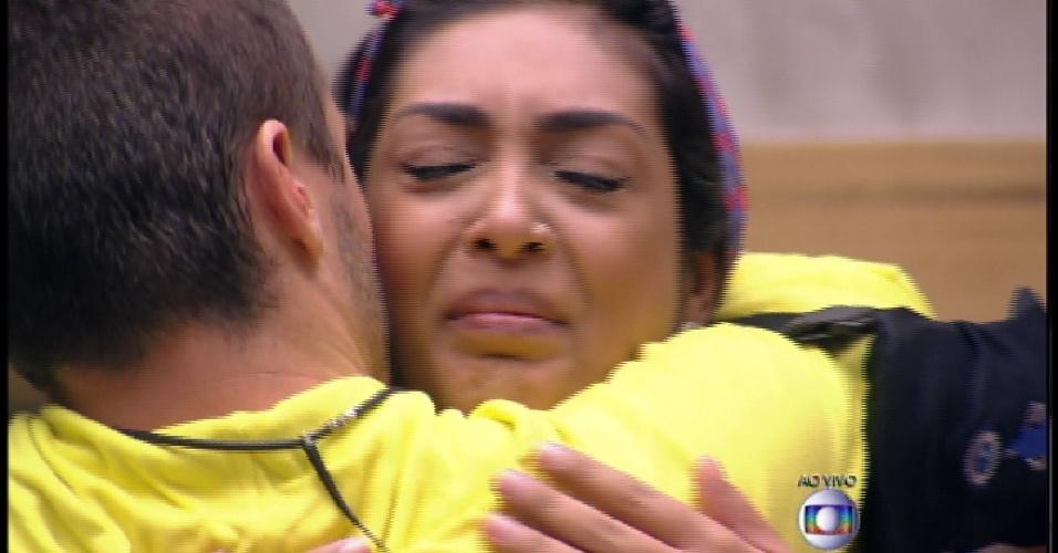 17.mar.2015 - Eliminado Rafael se despede de Amanda