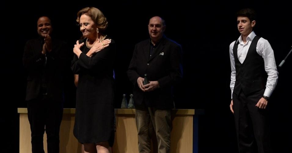17.mar.2015 - Laura Cardoso agradece o prêmio recebido na cerimônia de entrega dos prêmios aos melhores das artes da APCA, no Teatro Paulo Autran, em São Paulo