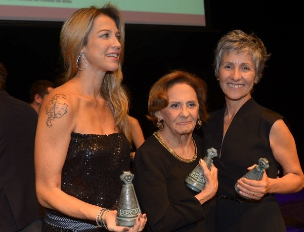 17.mar.2015 - Luana Piovani, Laura Cardoso e Cássia Kis Magro mostram seus troféus após a cerimônia de entrega dos prêmios aos melhores das artes da APCA, no Teatro Paulo Autran, em São Paulo