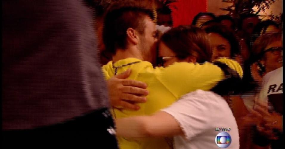 "17.mar.2015 - Rafael abraça a irmã após ser eliminado do ""BBB15"""