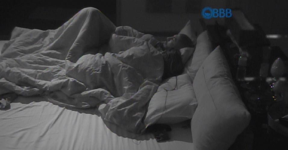 18.mar.2015 - Após a bronca da produção, os dois descobrem as cabeças e ficam assistindo a movimentação da casa pelos monitores do quarto do líder