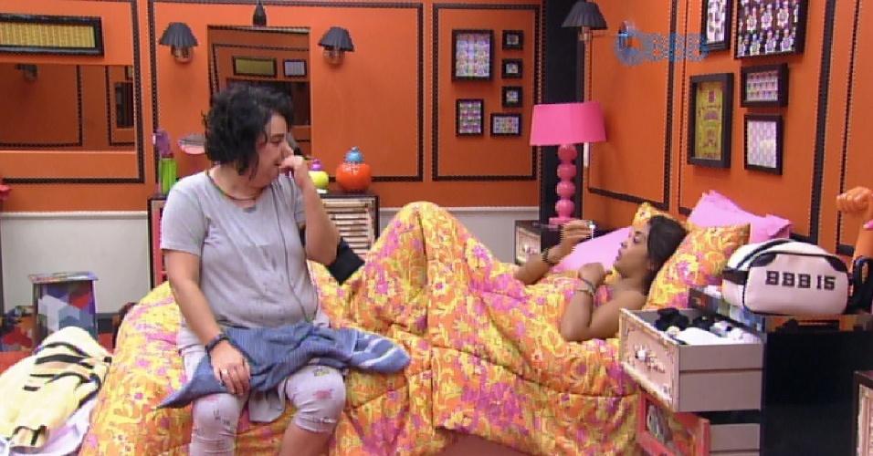 18.mar.2015 - Após acordar, no início da tarde desta quarta-feira (18), Mariza decide conversar com Amanda. A sister diz não entender a relação que ela mantém com Fernando