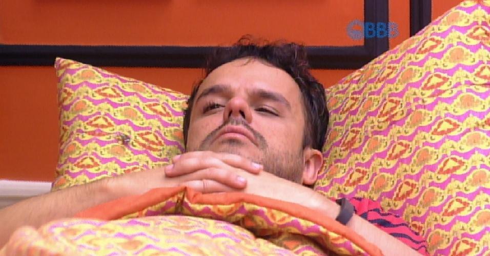 18.mar.2015 - Após ser acordado pela produção do programa, na manhã desta quarta-feira, Adrilles continuou deitado, pensativo. Em alguns momentos, chegou a chorar