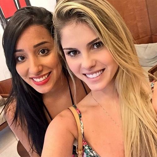 """18.mar.2015 - Bárbara Evans postou uma foto com a ex-BBB Talita. """"Olha quem eu encontrei"""", escreveu a modelo na imagem"""