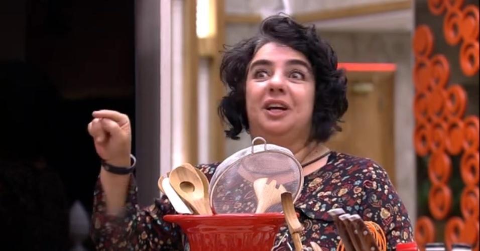 18.mar.2015 - Em conversa durante a madrugada desta quarta-feira, Mariza deixa o quarto laranja e enconta Cézar na cozinha.
