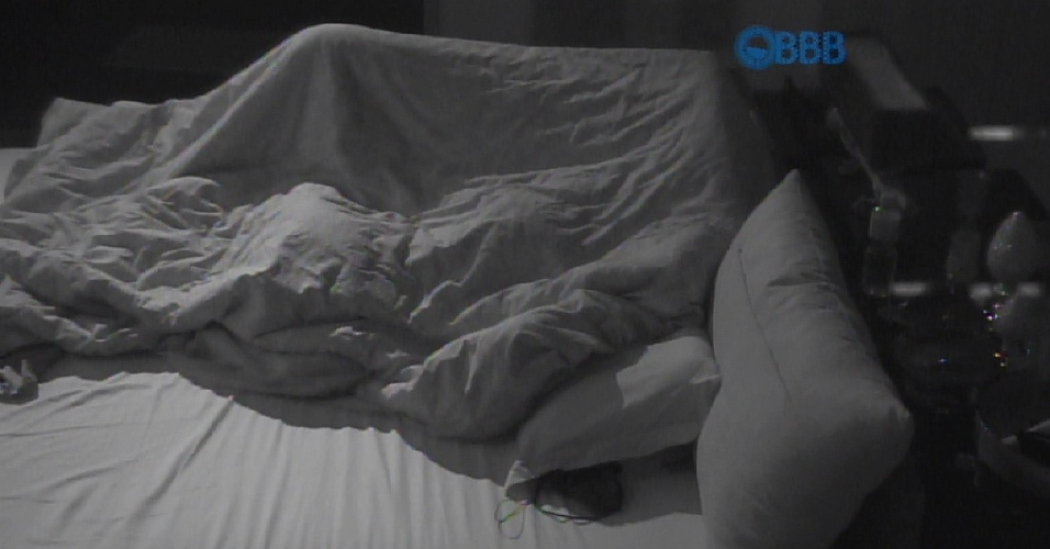 18.mar.2015 - Fernando e Amanda vão para debaixo do edredom no quarto do líder e levam advertência da produção do programa
