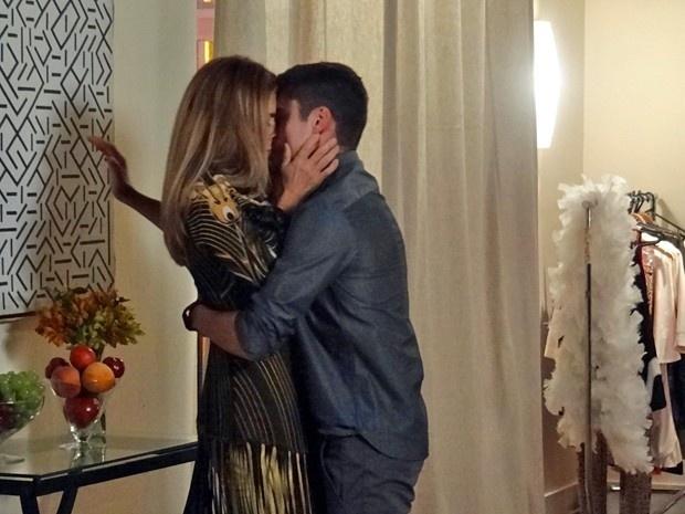 18.mar.2015 - Kitty cai na lábia de Gustavo e beija muito nos bastidores do concurso Garoto e Garota Celebrar