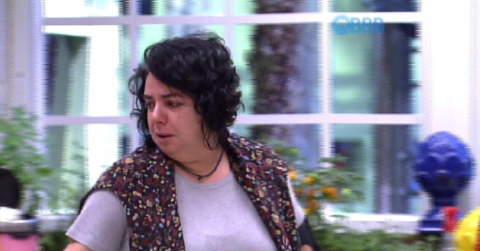 """18.mar.2015 - Mariza chora sozinha ao lembrar de Rafael, na manhã desta quarta-feira. """"Rafael, você era a alma dessa cozinha!""""."""