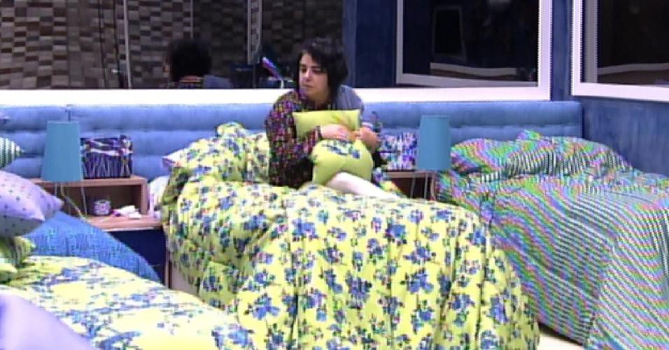 18.mar.2015 - Mariza fica sozinha no quarto azul arrumando suas malas antes de deixar sua 'morada'. A professora dormiu quase todos os dias no local, tirando apenas a primeira semana em que foi líder do programa