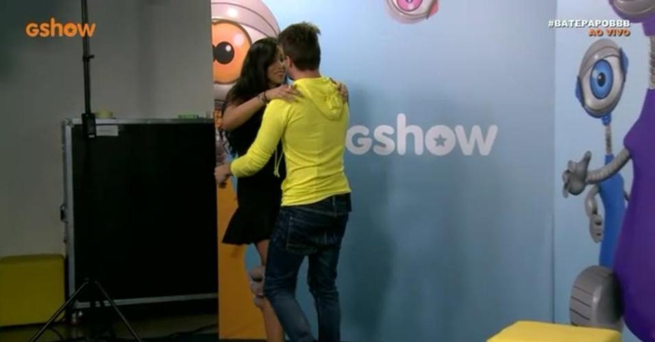 18.mar.2015 - Talita e Rafael se beijam em reencontro durante um bate-papo após a eliminação do ex-jogador de futebol