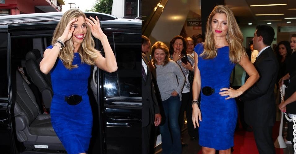 18.mar.2015- Grazi Massafera brilha em evento de beleza em São Paulo. A atriz usou um vestido azul justinho que destacou seu corpo em forma