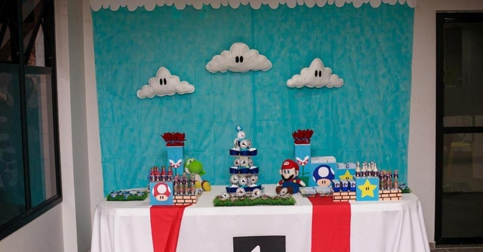 álbum com painéis para festas infantis | Para a festa com tema do personagem Super Mario, decorada pela empresa Mirabolar Arte Criativa (www.facebook.com/Mirabolar), um painel de tecido azul foi utilizado. Nele foram aplicadas nuvens feitas em feltro