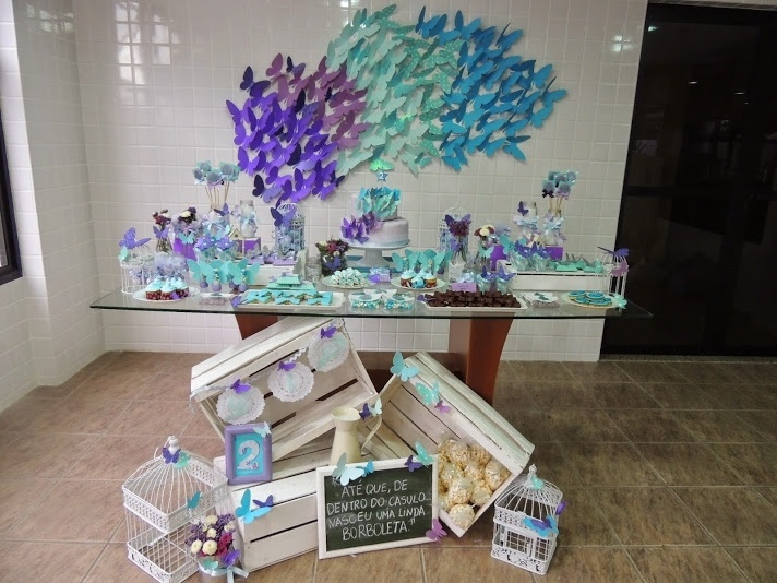 álbum com painéis para festas infantis | Cerca de 250 borboletas feitas à mão foram usadas para decorar a parede atrás da mesa do bolo da festa que teve esse inseto como tema. A produção foi assinada pela Mirabolar Arte Criativa (www.facebook.com/Mirabolar)