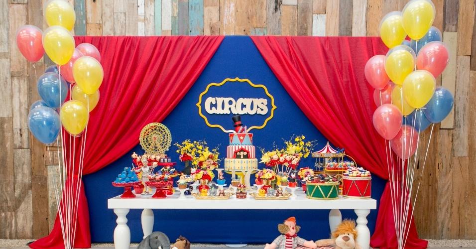 álbum com painéis para festas infantis | A festa com tema circo, da Jazz Assessoria em Eventos (www.jazzassessoria.com.br), teve um painel com estrutura metálica atrás da mesa do bolo. Coberto com tecido azul