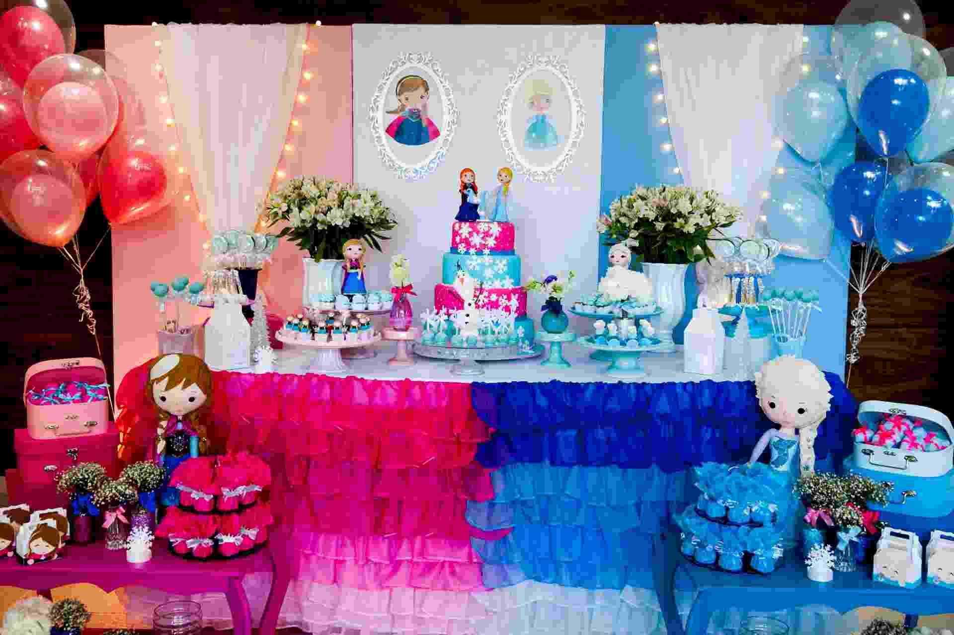4bd818da13 Arco de bexigas é passado  veja como decorar a parede atrás da mesa do bolo