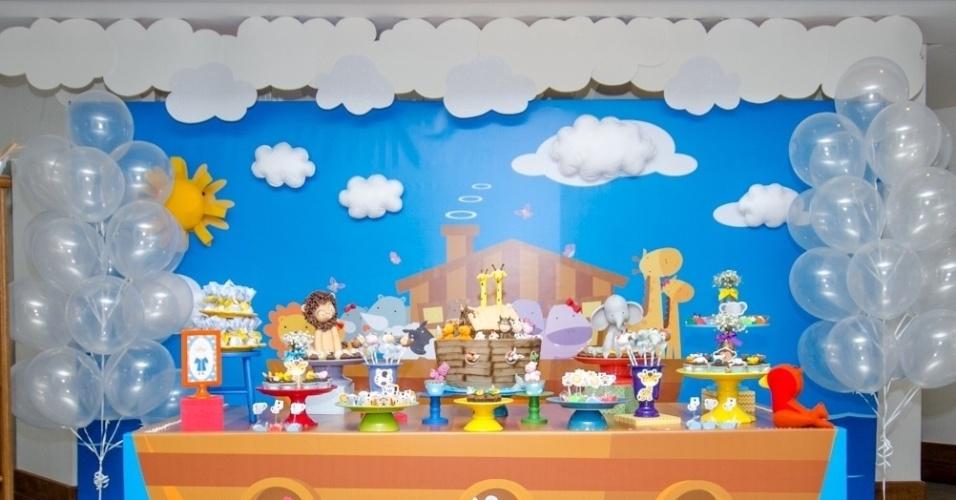 álbum com painéis para festas infantis | Na festa com tema arca de Noé, a Caixa de Poluka (www.facebook.com/pages/Caixa-de-Poluka/128795713965023) usou um painel feito de lona e aplicado em madeira para decorar a parede atrás da mesa do bolo. Para dar um efeito 3D, foram feitas nuvens e sol em feltro, que foram colados no painel