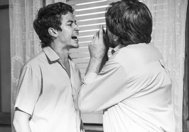 Em flashback, Miguel (Jesuíta Barbosa) discute com o pai e acaba provocando a morte da mãe