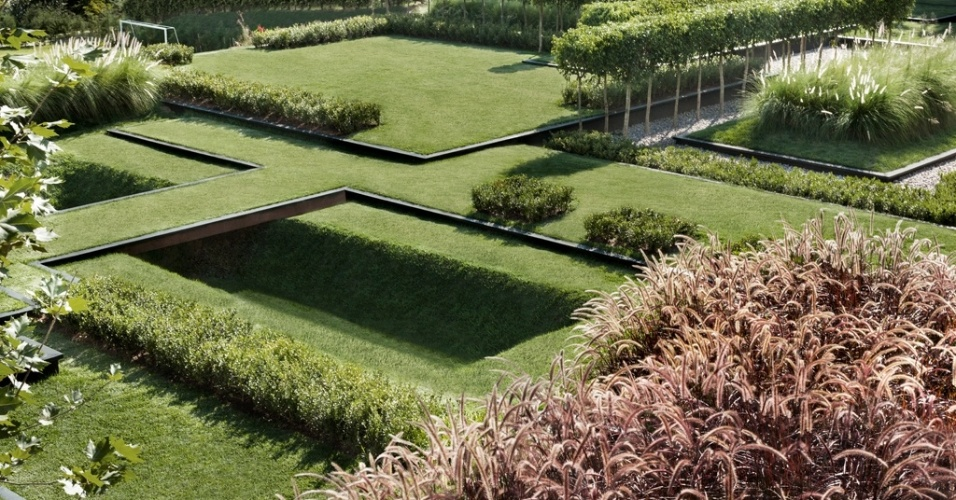 O jardim composto por depressões e pontes foi criado pelo paisagista Alex Hanazaki. Premiada internacionalmente, a composição é formada por poucas espécies como grama esmeralda, fícus e capim do Texas nas variações verde e rubra