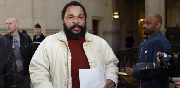 """O comediante Dieudonne M""""bala M""""bala chega ao tribunal em Paris, na França - Loic Venance/AFP"""