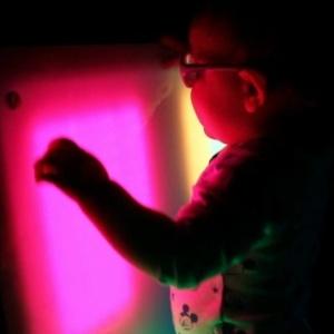 Terapia encoraja crianças cegas a se aventurarem nas brincadeiras - BBC