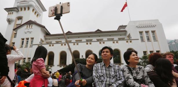 Visitantes da Casa do Governo usam pau de selfie em Hong Kong - Bobby Yip/Reuters