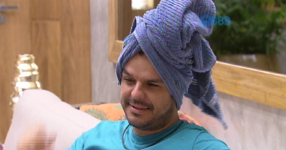 19.mar.2015 - Adrilles toma banho e circula com a toalha na cabeça, na tarde desta quinta-feira