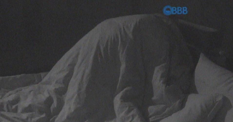 19.mar.2015 - Amanda diz para Fernando que vai contar um segredo para o brother, e após pedir para ele sentar na cama, Amanda fica por cima de Fernando e os dois parecem trocam beijos escondidos debaixo do edredom