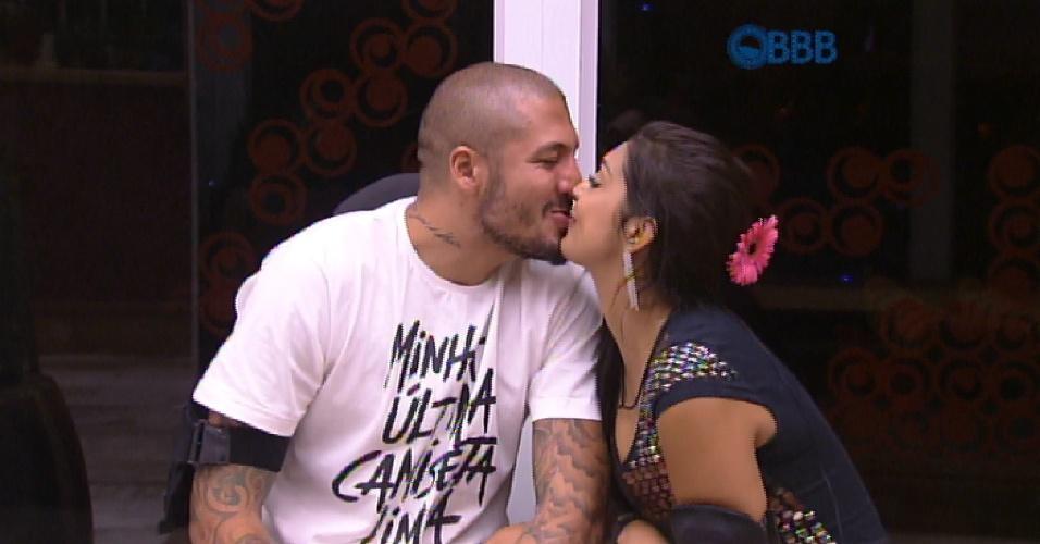19.mar.2015 - Após brincar de fazer caretas, imitando ratos, Fernando e Amanda deu mais um beijo dentro do reality show