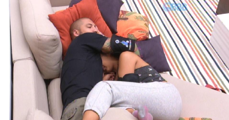 19.mar.2015 - Após uma noite bem quente no quarto do líder, com direito a sexo duas vezes durante a noite, Fernando e Amanda ficam abraçados no sofá da sala.