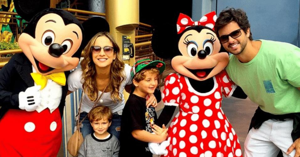 19.mar.2015 - Claudia Leitte está fazendo uma viagem de família para os Estados Unidos, mais precisamente para os parques da Disney e ficou sabendo que ganhou um troféu de melhor cantora do Prêmio Quem