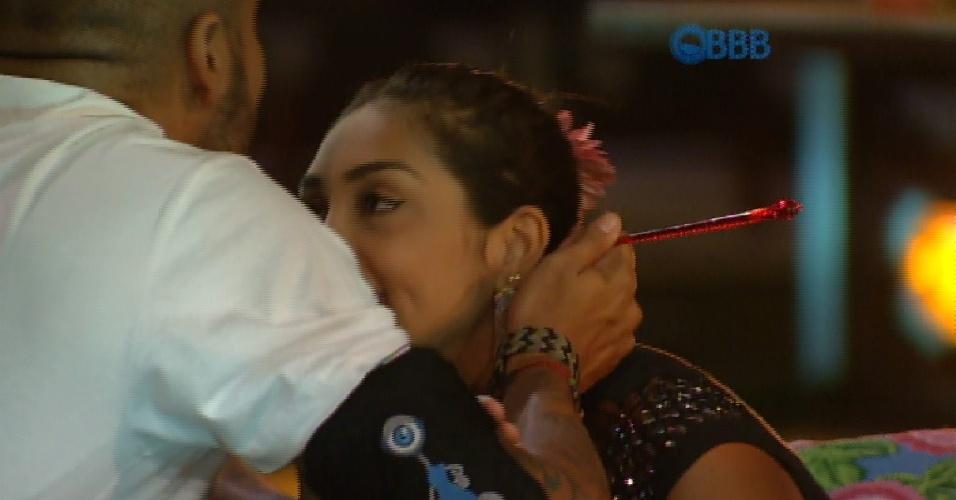 """19.mar.2015 - Fernando diz que está preocupado com Aline fora da casa, mas logo depois, olhando para Amanda, dispara: """"Vontade de beijar sua boca"""""""