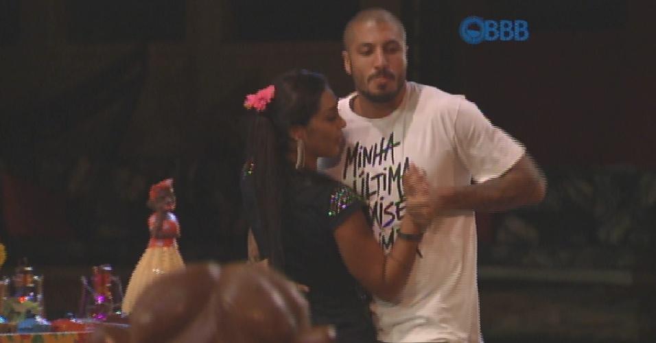 """19.mar.2015 - Fernando e Amanda dançam """"Preta"""", música de Beto Barbosa. Fernando pergunta cantando. """"Preta, o que você sente por mim"""" e Amanda responde também na brincadeira após a frase """"será que você vai ser minha mulher"""". """"Será?"""", pergunta Amanda."""
