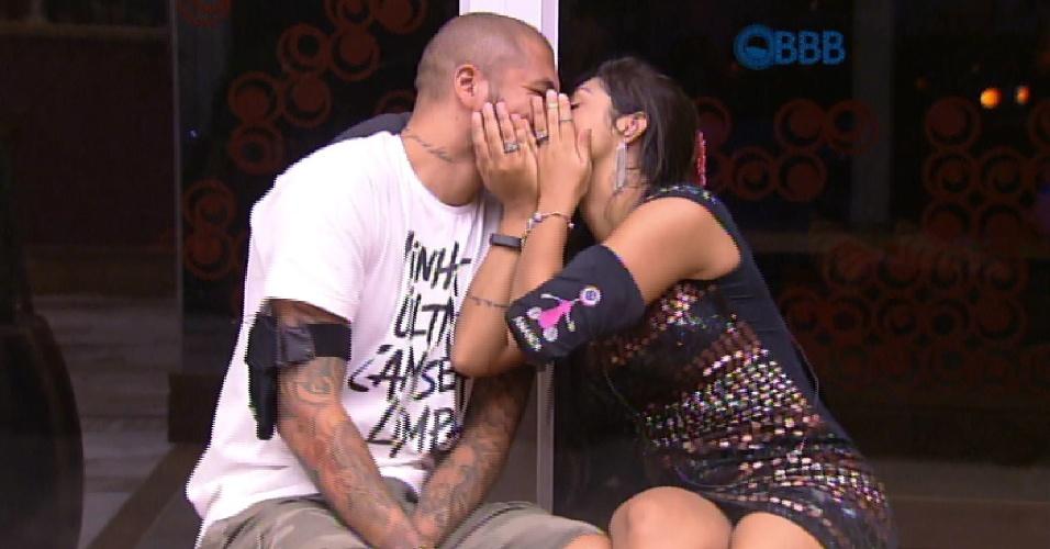 19.mar.2015 - Fernando e Amanda dão mais um selinho. Desta vez eles saíram da festas e se esconderam das câmeras usando as mãos para não mostrar o beijo