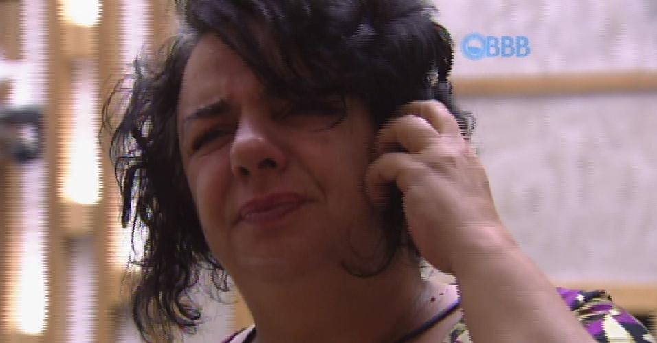 """19.mar.2015 - Mariza se olha no espelho da casa, na manhã desta quinta-feira. """"Ai que sono"""", comenta a sister, antes de completar: """"Na verdade, isso tem outro nome: ressaca!"""""""