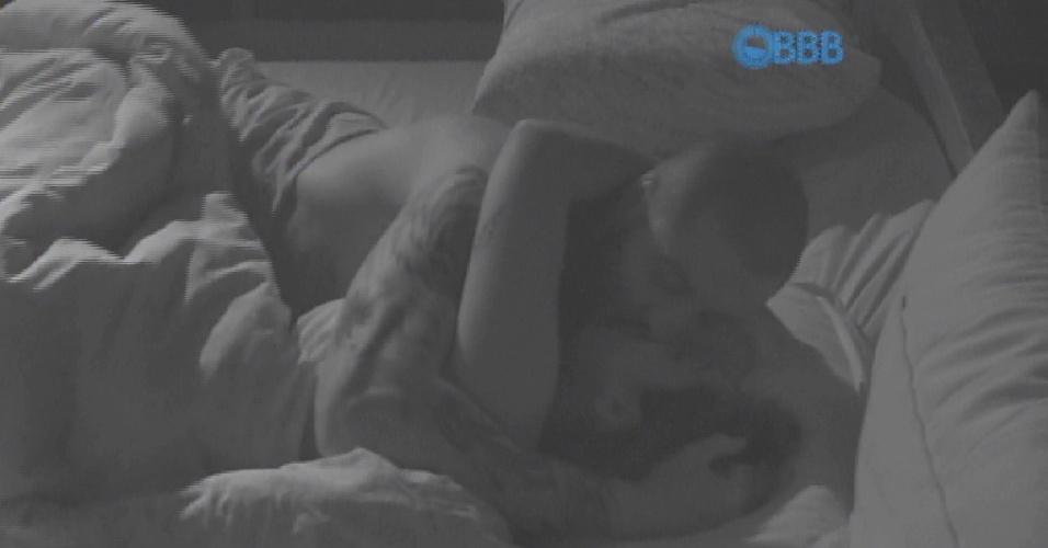 19.mar.2015 - No fim da madrugada Fernando se entrega e troca beijos quentes com Amanda