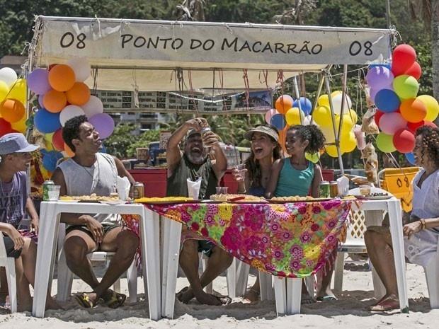 19.mar.2015 - Regina (Camila Pitanga) festeja com a filha Júlia (Sabrina Nonata) sua conquista: a barraca na praia do Leme