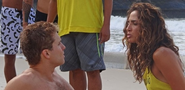Regina (Camila Pitanga) se revolta com Vinicius (Thiago Fragoso) depois de beijão